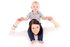 Glückliche Mutter und kleiner Sohn auf ihren Schultern lokalisiert auf Weiß Stockbilder