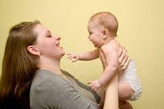 Glückliche Mutter und Schätzchen. stockbild