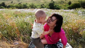 Glückliche Mutter und Sohn, die draußen spielt stock video footage