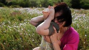 Glückliche Mutter und Sohn, die draußen spielt stock video