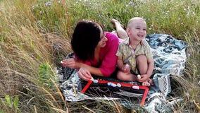 Glückliche Mutter und Sohn, die draußen spielt stock footage