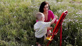 Glückliche Mutter und Sohn malen Farben in der Natur stock video footage