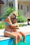 Glückliche Mutter und Sohn nahe Pool lizenzfreie stockfotografie