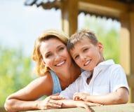 Glückliche Mutter und Sohn am Park Stockfoto