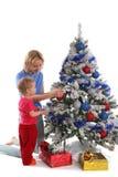 Glückliche Mutter und Tochter über Weihnachtsbaum 4 lizenzfreies stockfoto