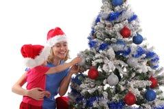 Glückliche Mutter und Tochter über Weihnachtsbaum 7 stockfotos