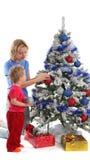 Glückliche Mutter und Tochter über Weihnachtsbaum 8 lizenzfreie stockfotos
