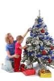 Glückliche Mutter und Tochter über Weihnachtsbaum 9 lizenzfreie stockfotografie