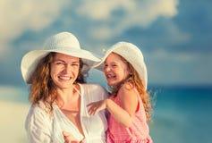 Glückliche Mutter und Tochter auf dem Strand stockfoto