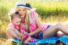Glückliche Mutter und Tochter auf Natur Stockbild