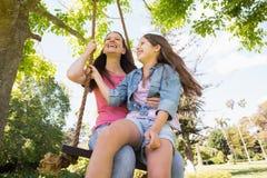 Glückliche Mutter und Tochter auf Schwingen Stockbilder