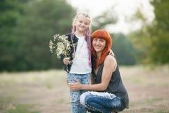 Glückliche Mutter und Tochter auf Weg im Park Stockfotos