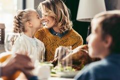glückliche Mutter und Tochter, die an der Danksagung streichelt lizenzfreie stockfotografie
