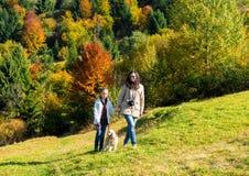 Glückliche Mutter und Tochter, die im Wald stillsteht Stockfotos