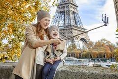 Glückliche Mutter und Tochter, die selfie auf Damm in Paris nimmt Stockfoto
