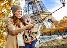 Glückliche Mutter und Tochter, die selfie auf Damm in Paris nimmt Lizenzfreie Stockbilder