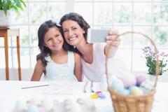 Glückliche Mutter und Tochter, die selfie nimmt Stockbild