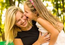 Glückliche Mutter und Tochter, die Spaß, glückliche Familie hat Stockfotografie