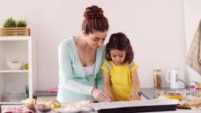 Glückliche Mutter und Tochter, die zu Hause Plätzchen macht stock video footage