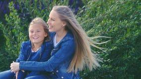 Glückliche Mutter und Tochter im Park Stockbild