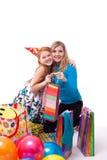 Glückliche Mutter und Tochter mit Geschenken Stockfotografie