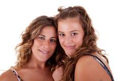 Glückliche Mutter und Tochter umfaßt lizenzfreies stockfoto