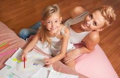 Glückliche Mutter- und Tochterzeichnung und haben Spaß stockbilder