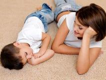 glückliche Mutter zum schlafenden kleinen Jungen Lizenzfreies Stockbild