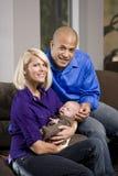 Glückliche Muttergesellschaft, die zu Hause schlafendes Schätzchen schaukeln Stockfotografie