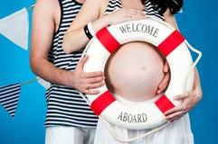 Glückliche Muttergesellschaft erwarten die Geburt eines Schätzchens Stockbild