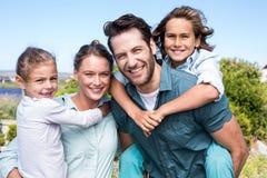 Glückliche Muttergesellschaft mit ihren Kindern stockfotografie