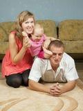 Glückliche Muttergesellschaft mit Schätzchen Lizenzfreie Stockfotos