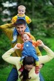 Glückliche Muttergesellschaft mit Zwillingen Lizenzfreies Stockfoto