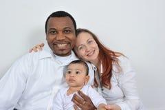 Glückliche Muttergesellschaft und Baby lizenzfreie stockbilder