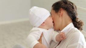 Glückliche Mutterspiele mit ihrem kleinen neugeborenen Sohn zu Hause Nahaufnahme stock video footage