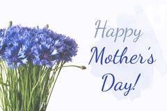 Glückliche Muttertagcollage Blaues Kornblumebündel lokalisiert auf weißem Hintergrund lizenzfreie abbildung