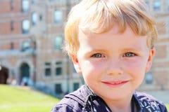 Glückliche Nahaufnahme des kleinen Jungen des blonden Haares im Freien Stockfotos