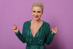 Glückliche Nahaufnahmeporträts der jungen attraktiven Frau in einem Smaragdabendkleid Lizenzfreie Stockbilder