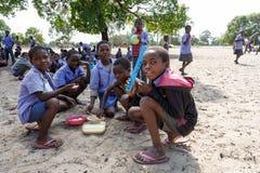 Glückliche namibische Schulkinder, die auf eine Lektion warten Stockbild