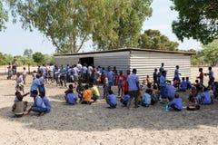 Glückliche namibische Schulkinder, die auf eine Lektion warten Lizenzfreie Stockfotos