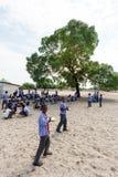 Glückliche namibische Schulkinder, die auf eine Lektion warten Lizenzfreie Stockfotografie
