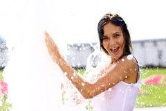 Glückliche nasse junge Frau stockfotos
