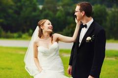 Glückliche nette elegante Paare auf dem erstaunlichen grünen Frühling des Hintergrundes Lizenzfreies Stockfoto
