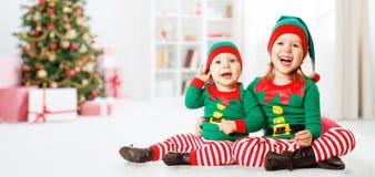Glückliche nette Elfe des Weihnachtskonzeptes zwei Kinder Lizenzfreie Stockbilder