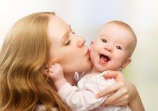Glückliche nette Familie. Mutter- und Babyküssen stockbilder