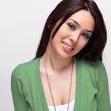 Glückliche nette frohe junge Frau Stockbilder