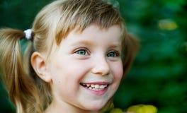 Glückliche nette Mädchennahaufnahme lizenzfreie stockfotografie