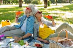Glückliche nette Paare, die ihre Getränke genießen stockfotos