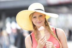 Glückliche, nette und junge Frau mit Eiscreme Stockbild