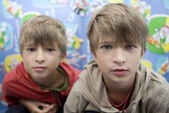 Glückliche nette Zwillingbrüder acht Jahre alt Stockbilder